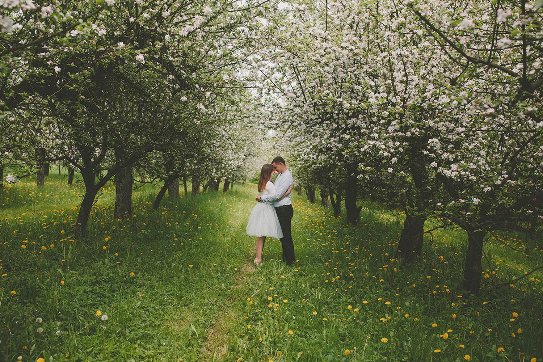 Paula & Wojtek - sesja narzeczeńska w kwitnącym sadzie
